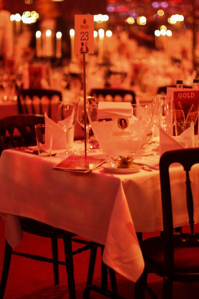 Gedeckter Tisch mit Kerzenständer im Palazzo
