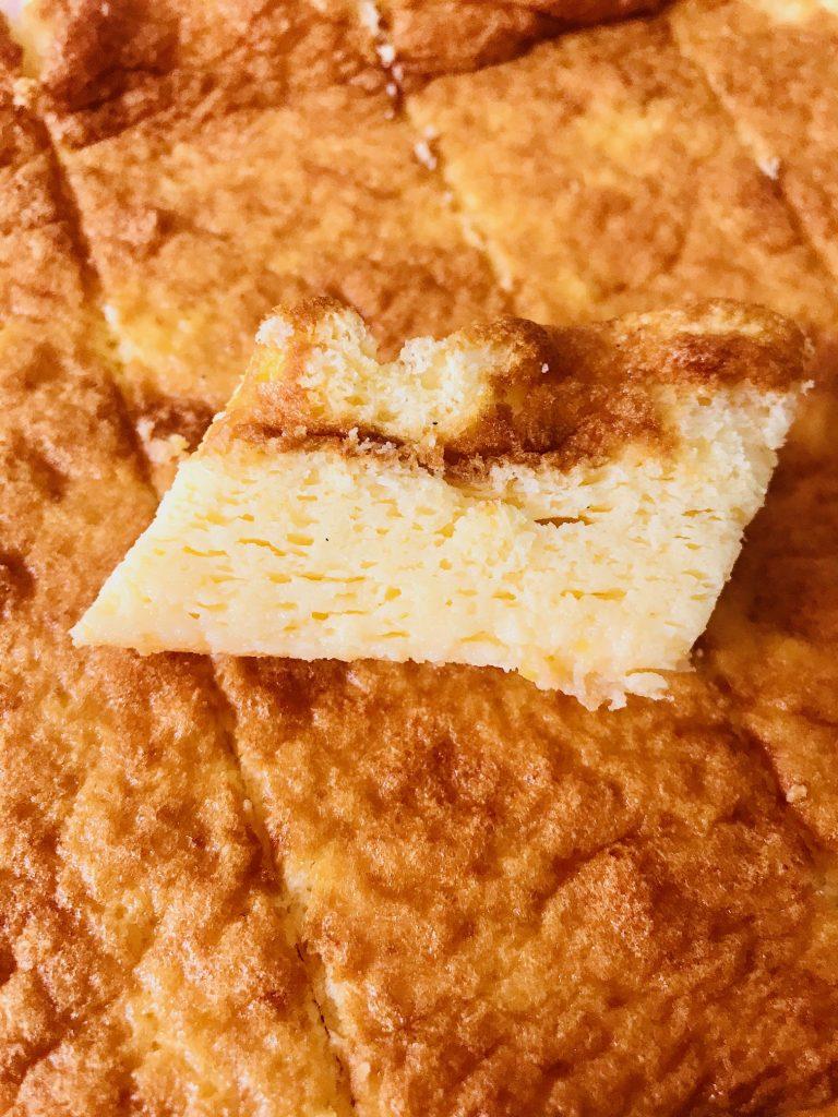 Einfacher Joghurtkuchen ohne Mehl und Zucker, aus der Nähe, superfluffig