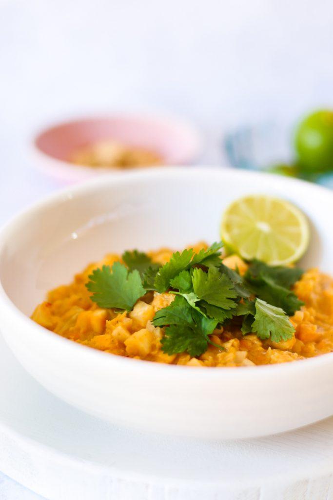 Rote Linsen Sellerie Curry  in einem weißen Teller mit frischem Koriander