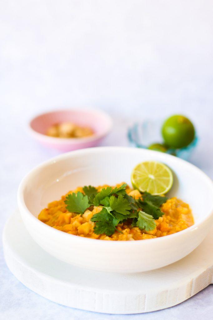 Rote Linsen Sellerie Curry  in einem weißen Teller Nahaufnahme