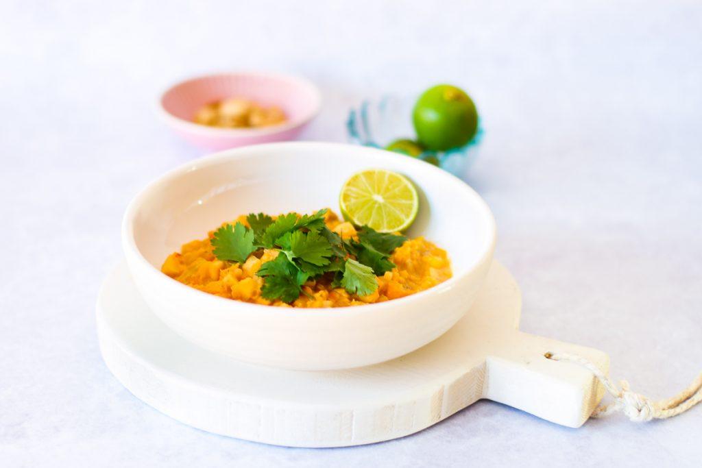 Rote Linsen Sellerie Curry  in einem weißen Teller