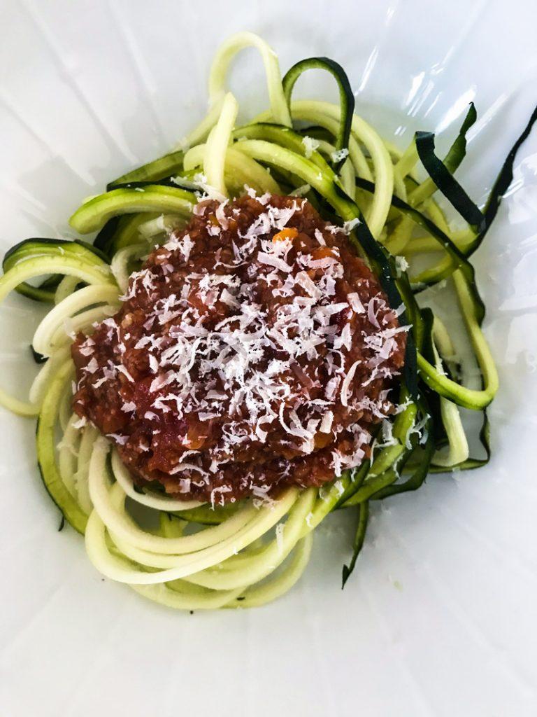 Vegane Bolognese aus dreierlei Pilzen auf Zucchininudeln mit Parmesan