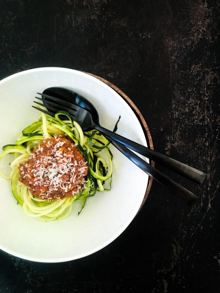 Vegane Pilz-Bolognese aus dreierlei Pilzen auf Zucchininudeln mit schwarzem Besteck