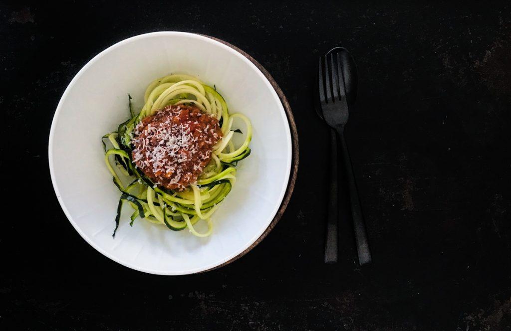 Vegane Bolognese aus dreierlei Pilzen auf Zucchininudeln