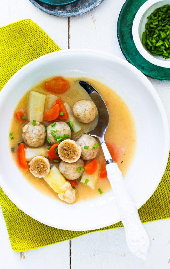 Bunte Gemüsesuppe mit Bröselklößchen und Schnittlauch