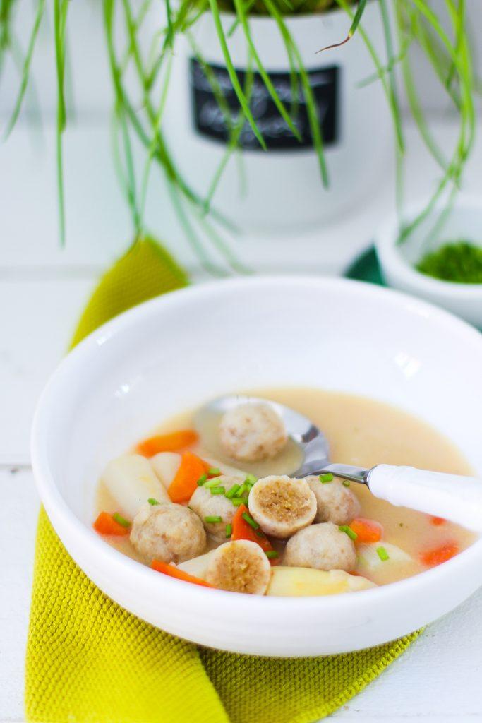 Bunte Gemüsesuppe mit Klößchen