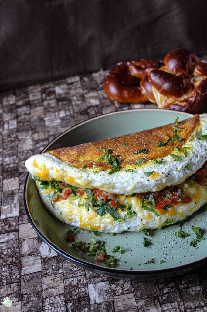 Eiweißomelett mit Kräutern und Käse