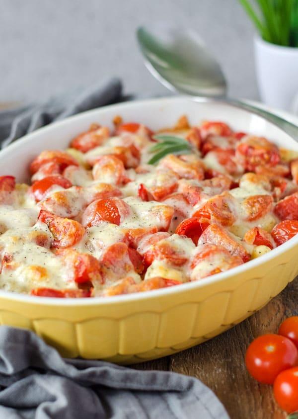 Gnocchi Aufauf mit Tomaten und Käse überbacken, in einer gelben Auflaufform