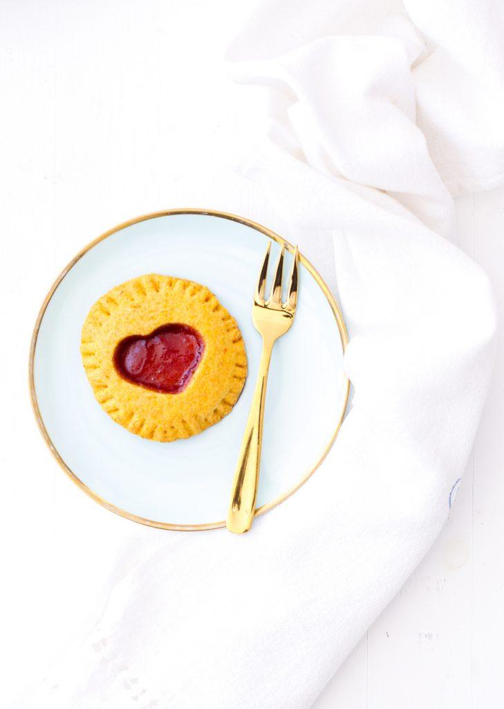 Ein mit roter Marmelade gefülltes Mini-Pie