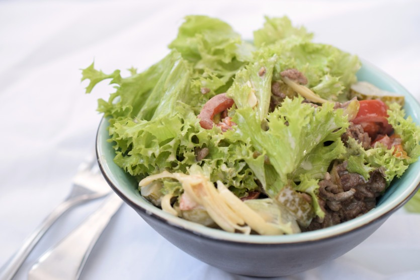 Burgersalat in einer kleinen Schale