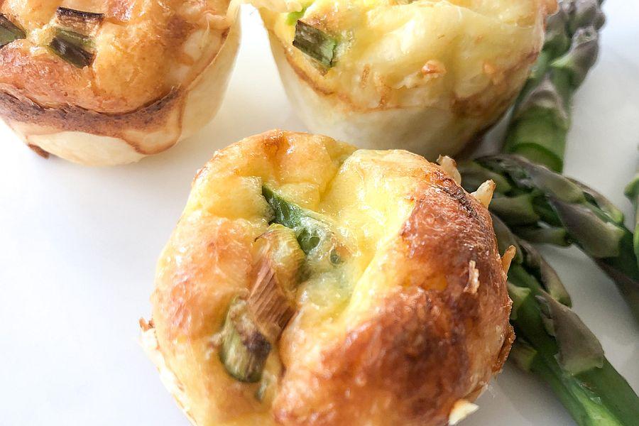 kleine Muffins mit Spargel, daneben grüner Spargel als Deko