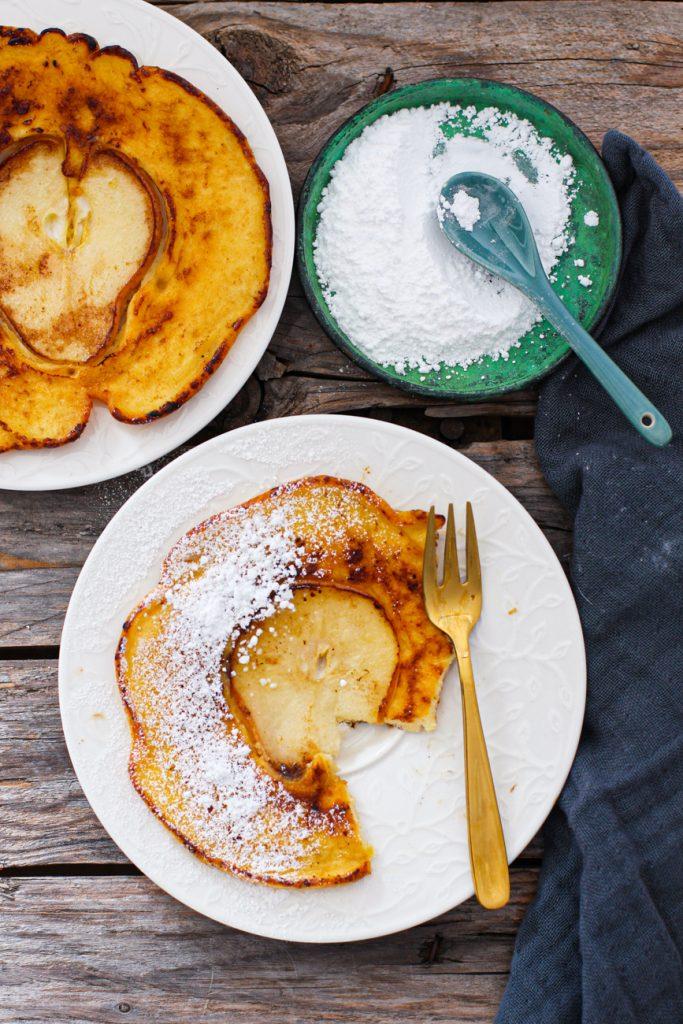 Pfannkuchen mit Birne, einer mit Puderzucker bestäubt