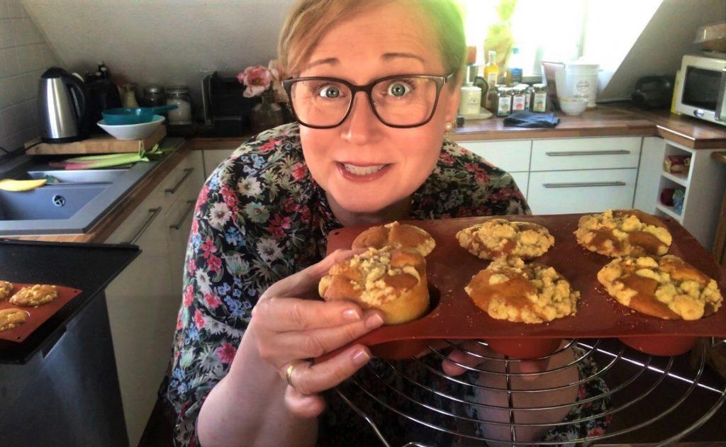 Petra Hola-Schneider im Kochvideo für das Bayerische Staatsministerium für Ernährung, Landwirtschaft und Forsten mit Muffins in der Hand