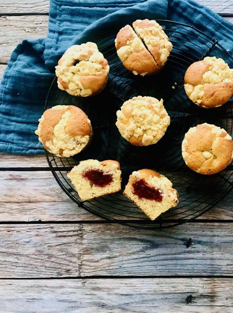Muffins mit einem Erdbeerkern und Streuseln, einer aufgeschnitten