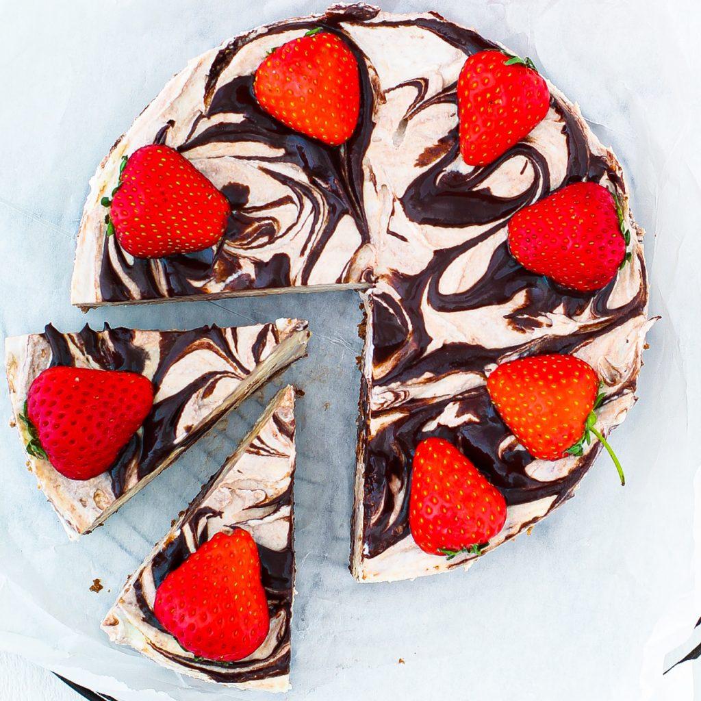 Cheesecake mit Schokoladenmarmorierung und Erdbeeren
