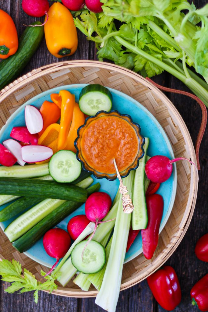 Rohkostplatte mit mediterraner Mayonnaise mit Gemüse