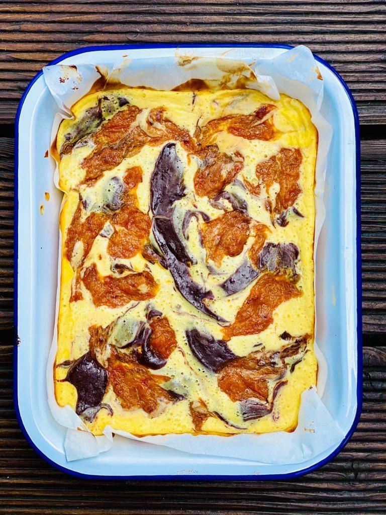 Brownie Cheesecake in einer weißen Form nach dem Backen