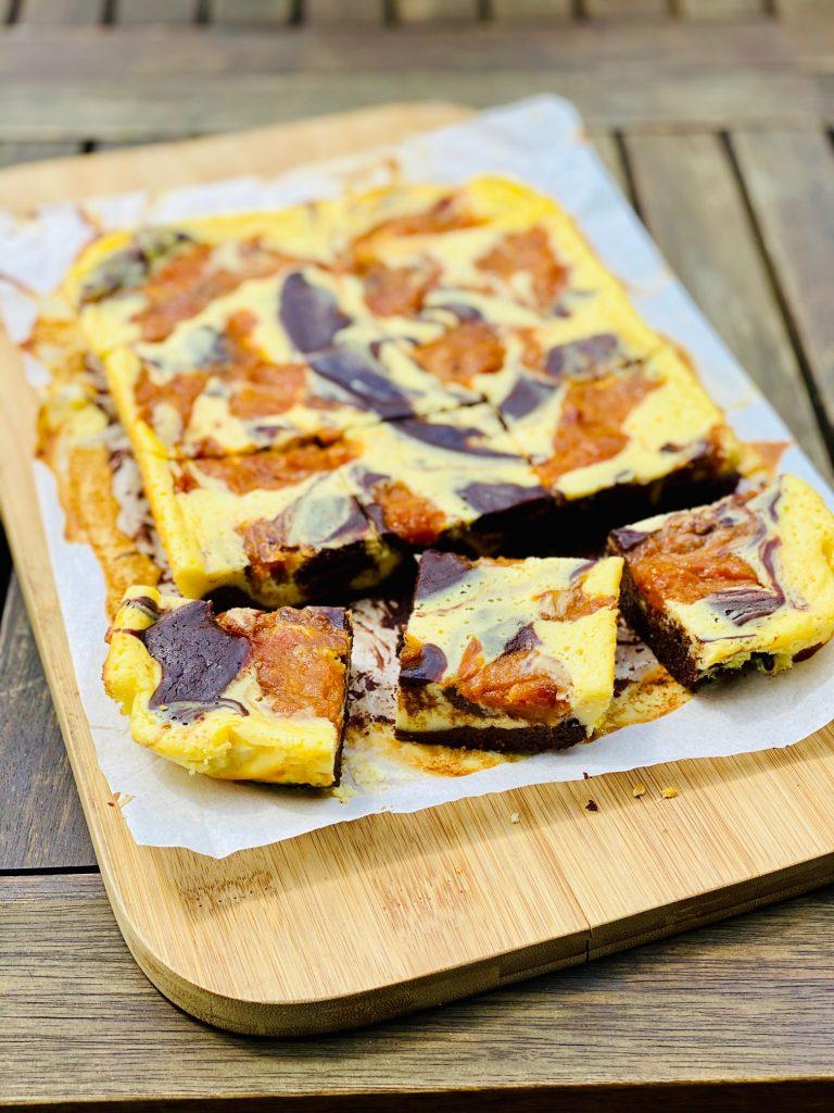 Brownie Cheesake aufgeschnitten auf weißem Butterbrotpapier
