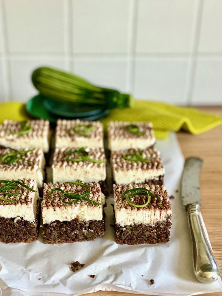 Zucchinikuchen mit Schokolade, Mohn und Rapsöl auf einem Brett