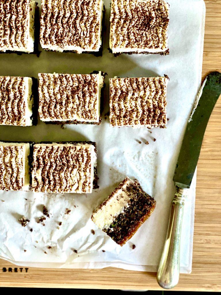 Zucchinikuchen mit Schokolade, Mohn und Rapsöl, mit Frischkäsefrosting