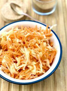 Apfel-Karotten-Salat in einer Schüssel