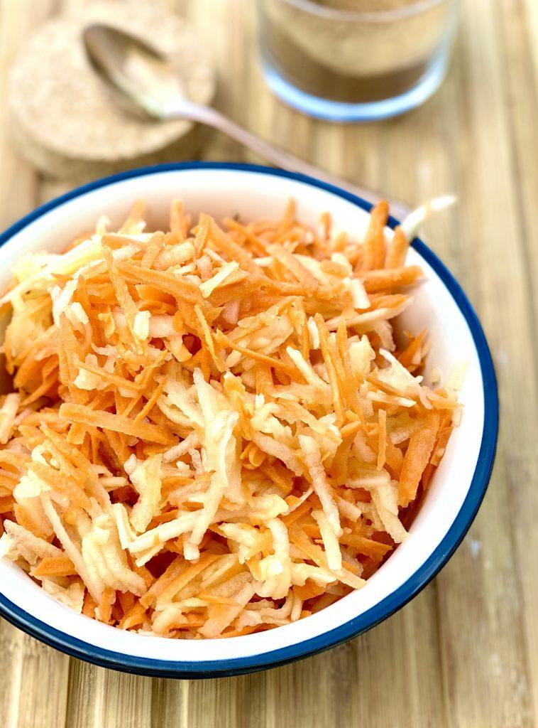 Apfel-Karotten-Salat in einer weißen Schüssel
