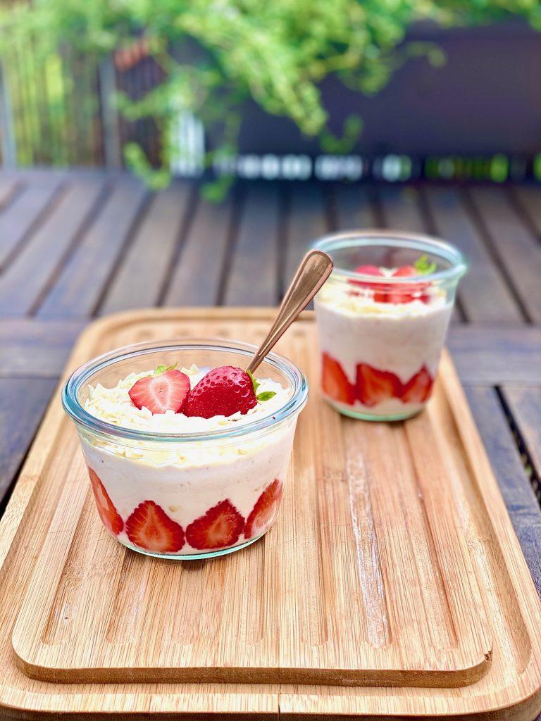 Spaghetti-Eis Dessert in zwei Gläschen, mit Erdbeeren obendrauf