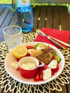 Bunter Salat mit gebratenem Fischfilet