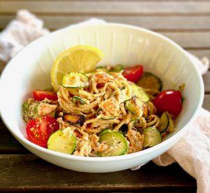 Vollkornnudeln mit Lachs-Soße und Zucchini