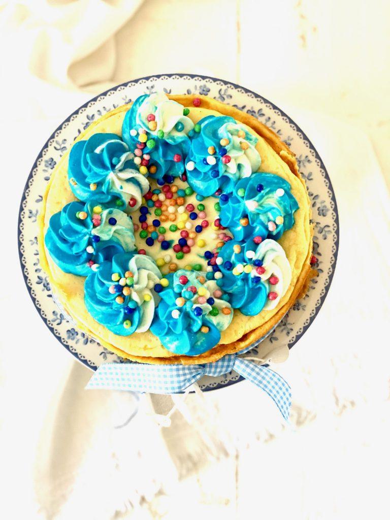 Cheesecake mit blauem Tapping und Zuckerperlen von oben fotografiert