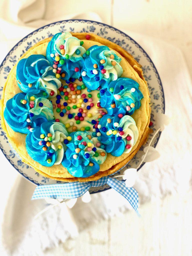 Cheesecake mit blauem Tapping und Zuckerperlen von oben fotografiert, nah ran