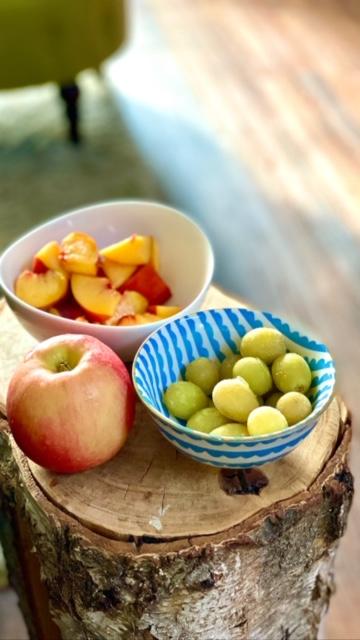 Pfirsich, Apfel und Trauben in Schälchen