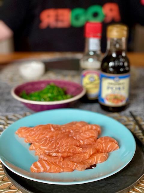 WeightWatchers Lila - Beispielwoche 5 und 6. Lachs Sashimi auf einem bleuen Teller