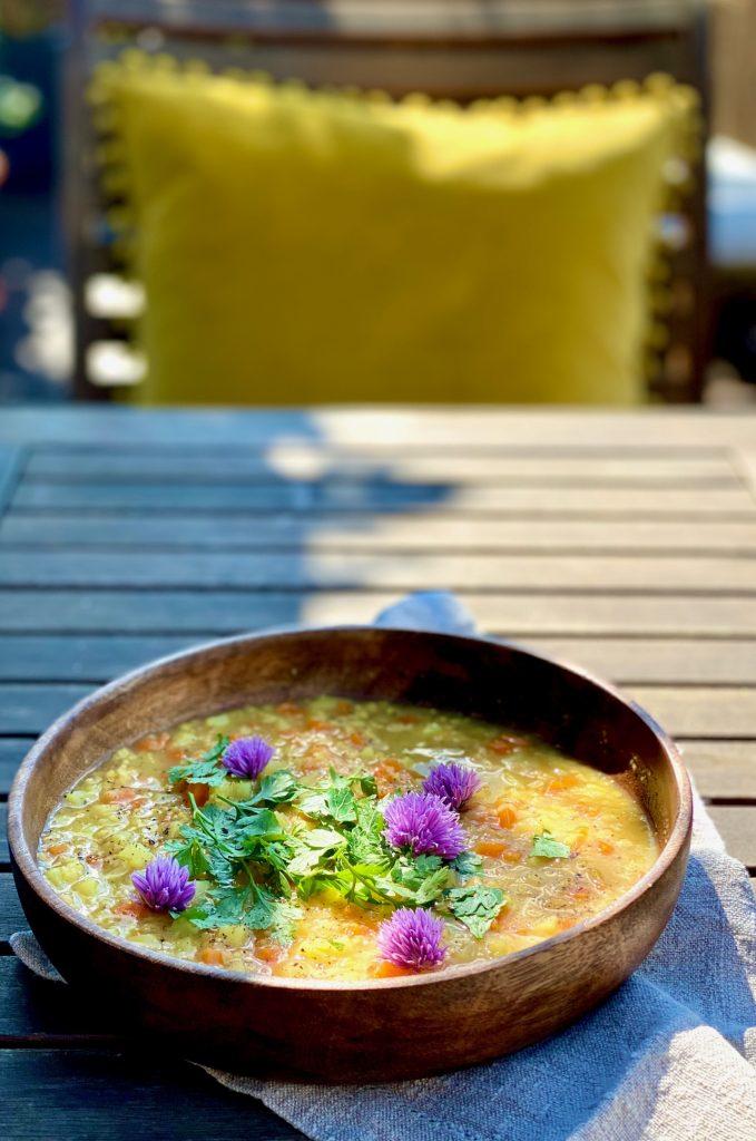 Schnelle bunte Linsensuppe mit Gemüse in einem Teller