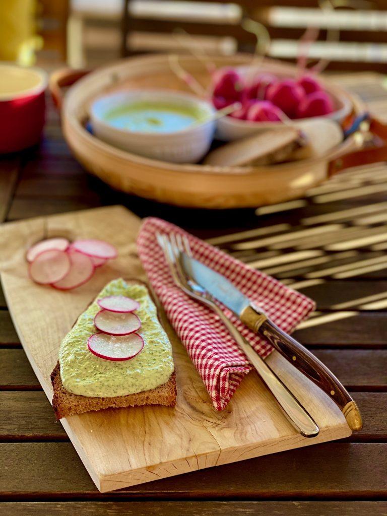 Rucola-Frischkäse-Dip auf Brot mit Radieschenscheiben