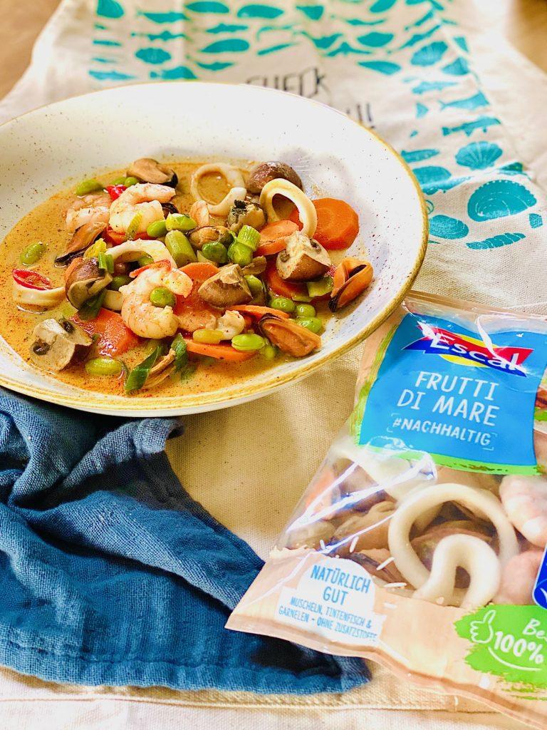 Ein Teller mit Meeresfrüchten, daneben eine Packung Escal Frutti di mare