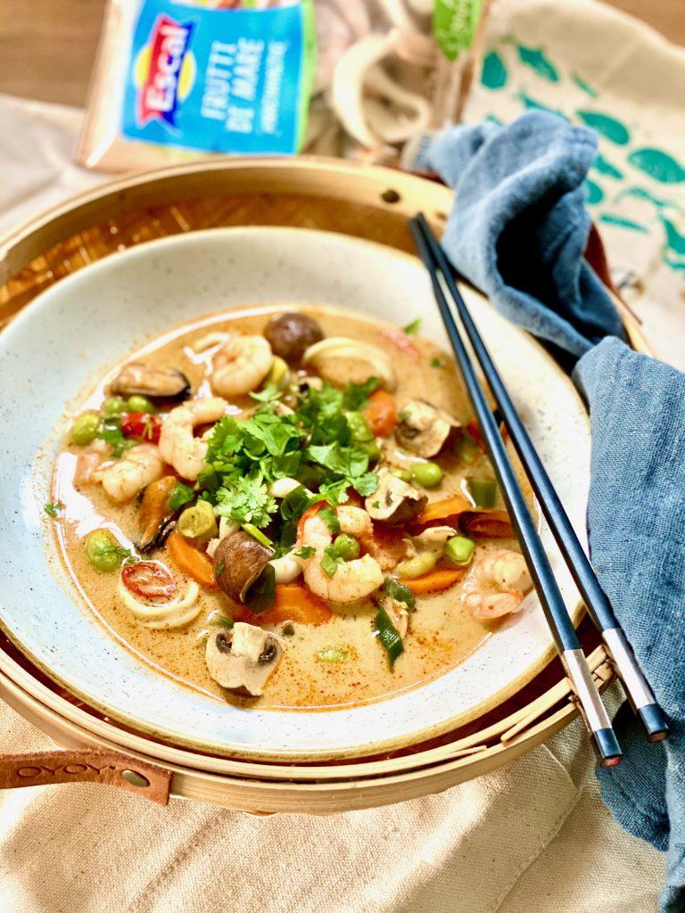 Seafood-Hotpot mit Escal Frutti di mare in einem beigen Teller mit Stäbchen