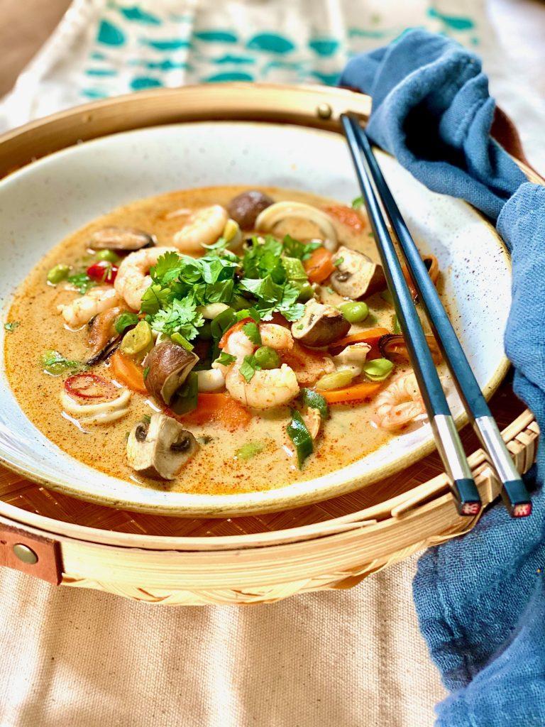 Seafood-Hotpot mit Escal Frutti di mare, der Teller steht in einer geflochtenen Schale