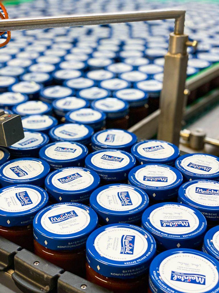 Marmeladegläser auf Fließband