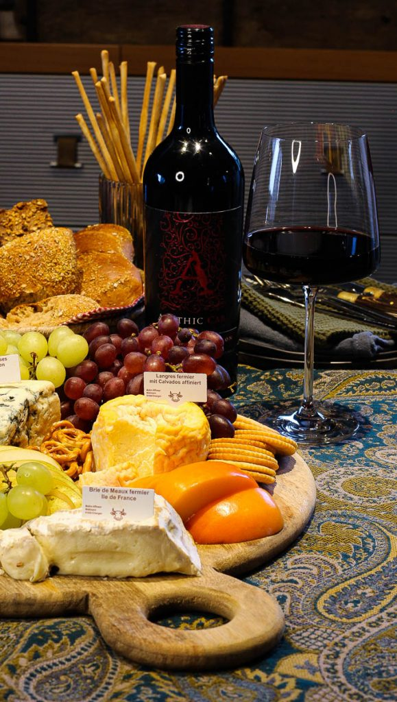 Apothic Cabernet Sauvignon. Im Bild die Flasche und ein eingeschenktes Glas.