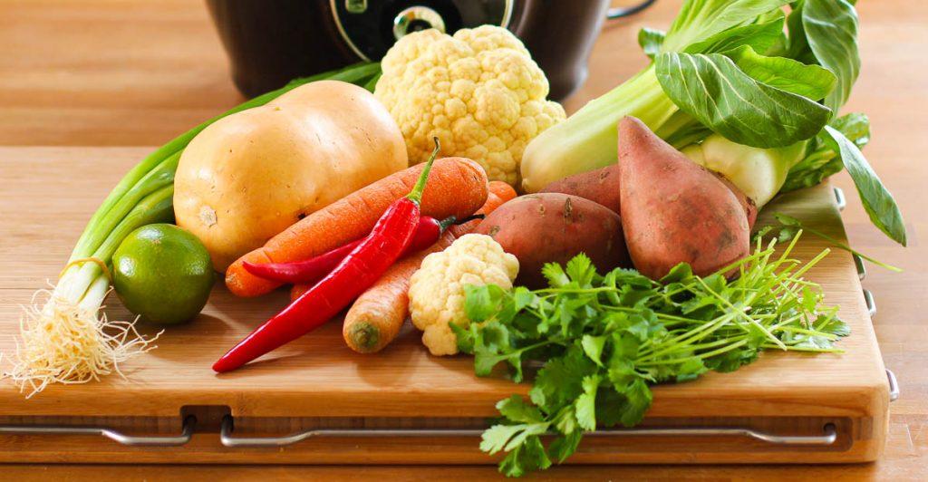 Buntes Gemüse auf einem Brett