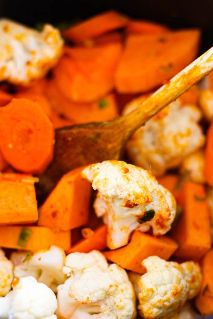 Karotten, Süßekartoffeln und Blumenkohl werden angebraten