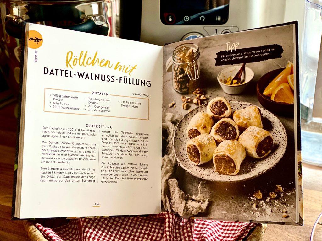 """Kochbuch """"Blätterteig"""" von Janina Lechner, aufgeschlagen st die Seite mit den Walnuss-Dattel-Röllchen"""