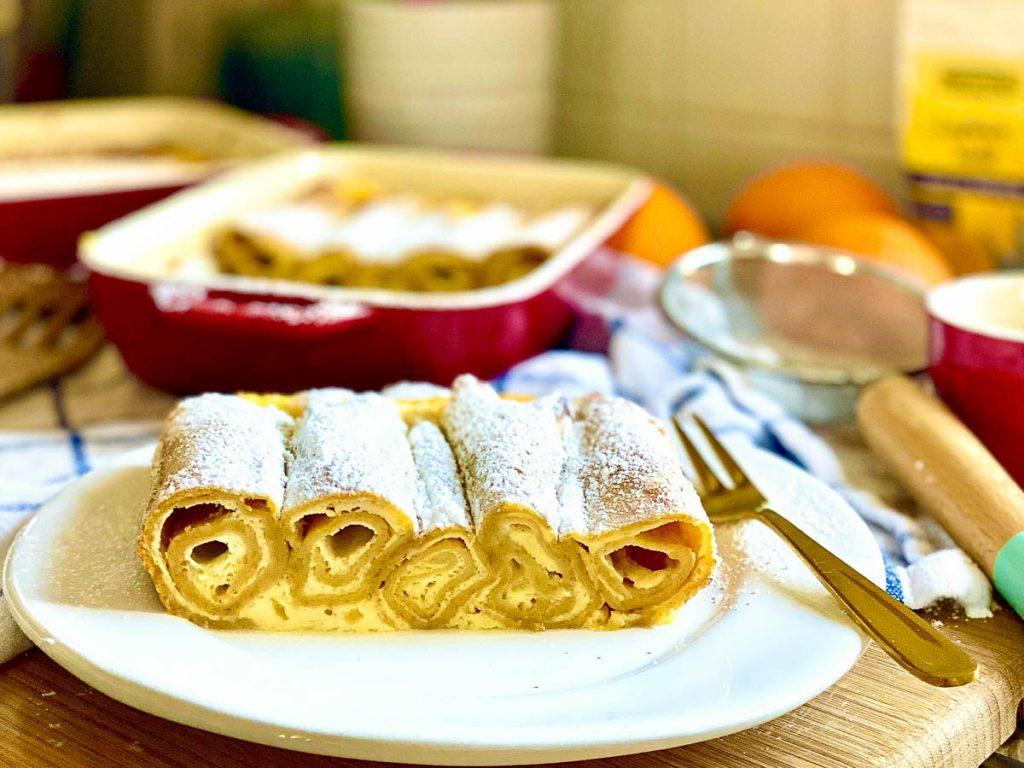 Topfenpalatschinken mit Lupinenmehl, angeschnitten auf einem weißen Teller