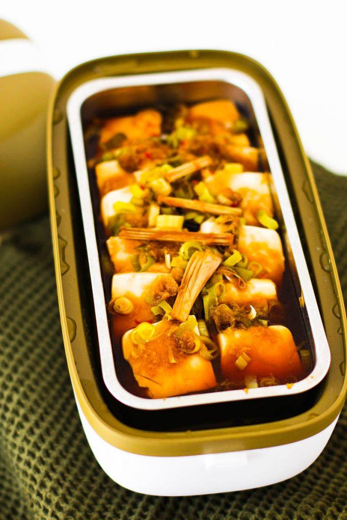 Miji Cooking Box One - gegartes Asiagericht mit Tofu im Gasbehälter aus der Nähe