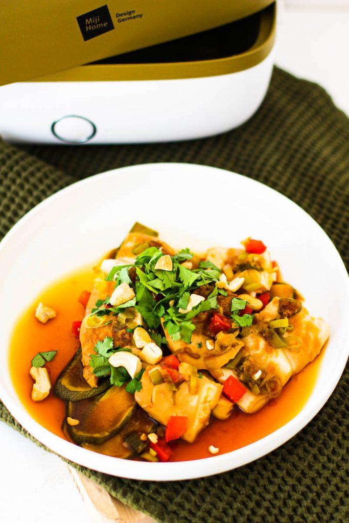 Miji Cooking Box One, Asiagemüse mit Tofu angerichtet auf einem weißen Teller mit Koriander und Nüssen