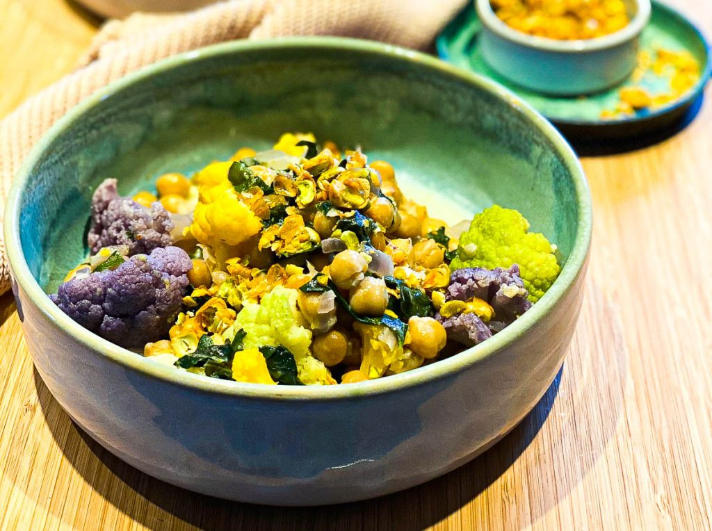 Cremiger Kichererbsen Eintopf mit Mangold und Blumenkohl Nahaufnahme