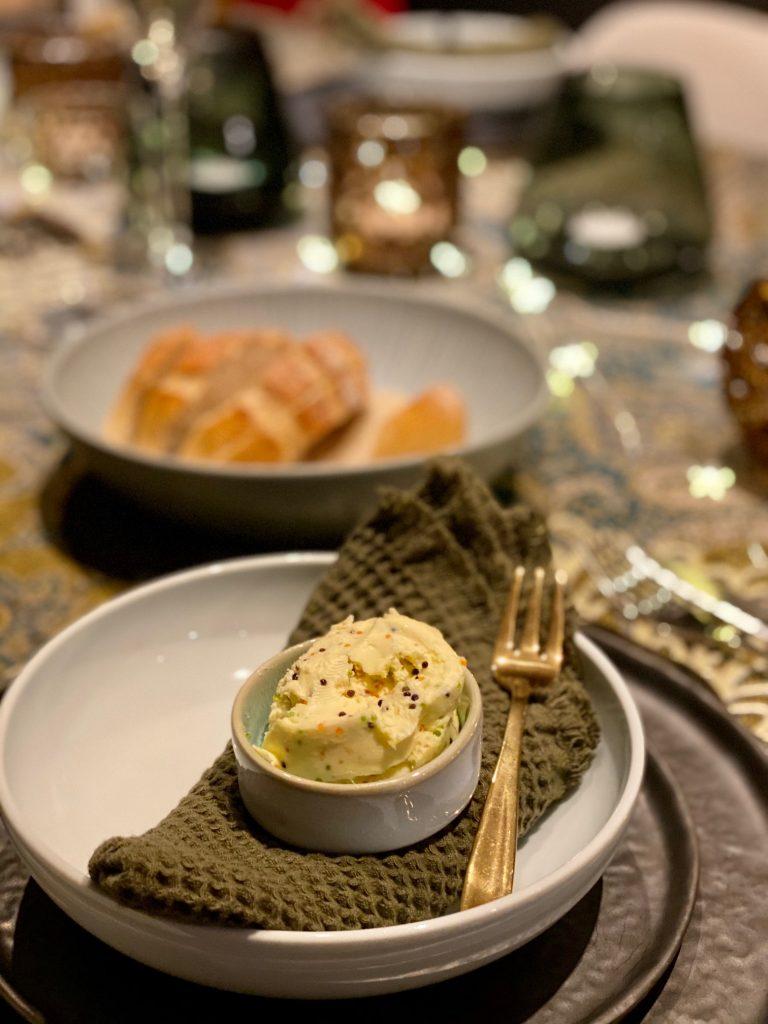 Buchweizenbrot mit Kaviarbutter