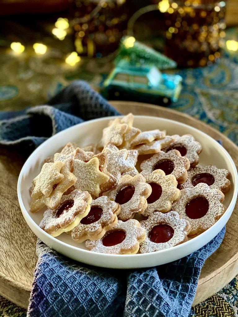 Knusprige Linzer Plätzchen auf weißem Teller
