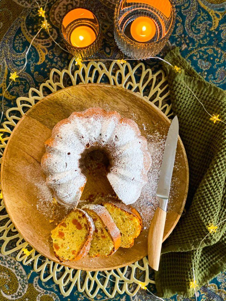 Quarkstollen Gugelhupf mit Aprikosen und Mandarinen, aufgeschnitten von oben mit Sternchenlichterkette